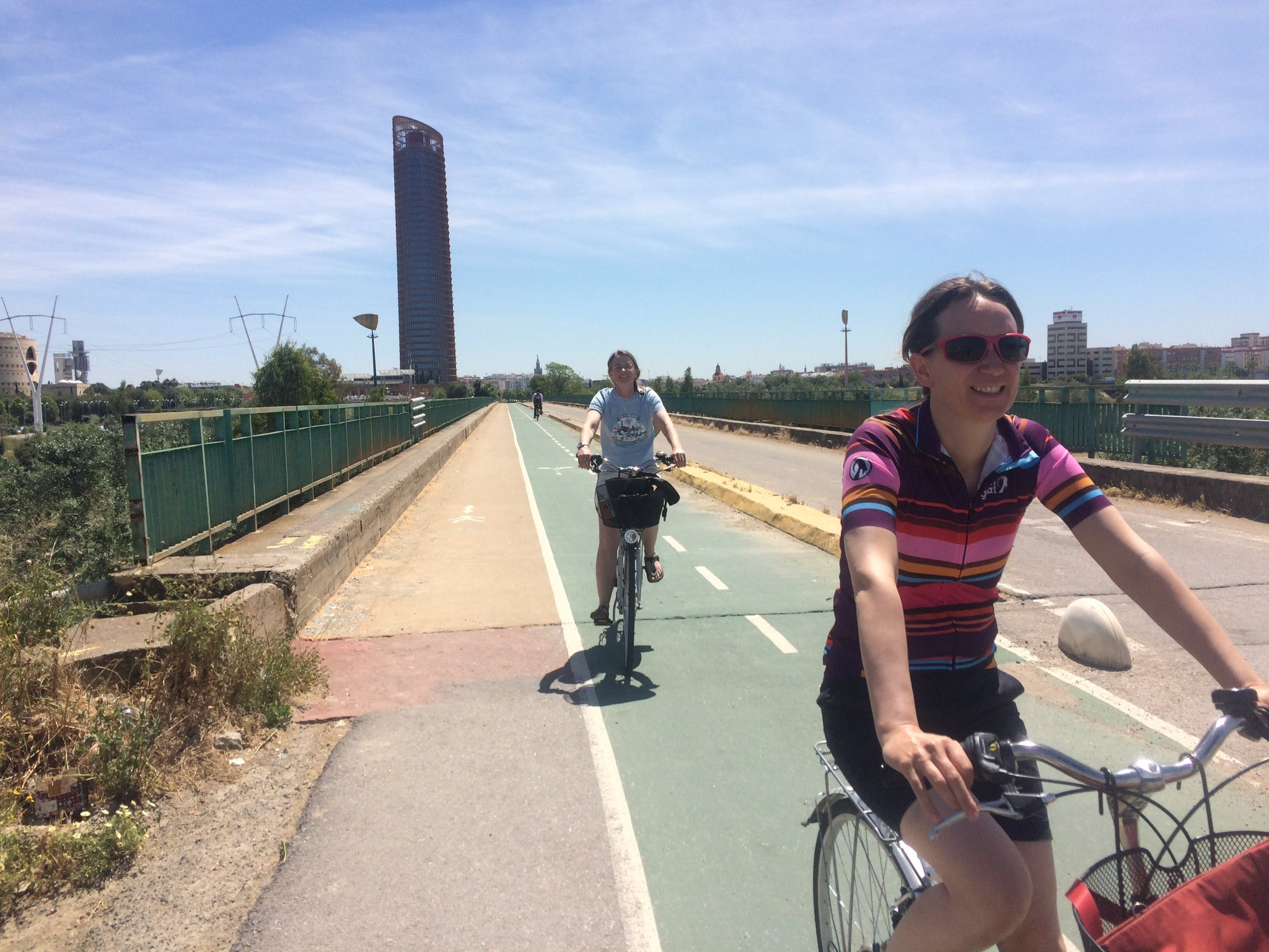 Segregated cycle route from Seville to Camas; not perfect but separate from traffic and makes the journey easy by bike #5gomadinSeville https://t.co/flkah95RB4