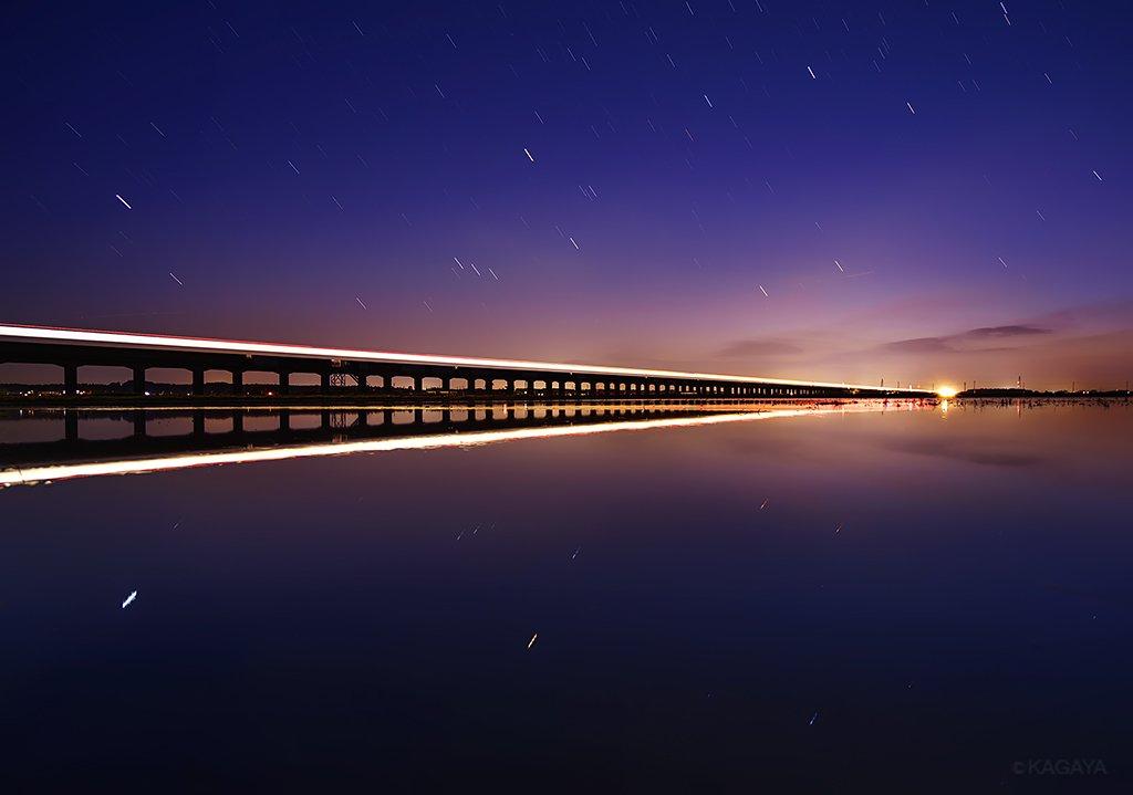 夕暮れ、桔梗色の空に沈むオリオン。水鏡の上を滑る列車はまるで銀河鉄道のよう。(先週茨城県にて撮影) pic.twitter.com/o3qQV5JuDW