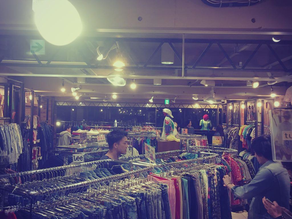 原宿の某古着屋さんで女性用の服を必死に選ぶ3人。#oneroom