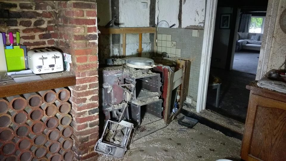 Two people taken to hospital after cooker explodes in #GreatSampford.    http://www. saffronwaldenreporter.co.uk/news/two-peopl e-taken-to-hospital-after-great-sampford-cooker-explosion-1-5009261  … <br>http://pic.twitter.com/k37U81s8tS
