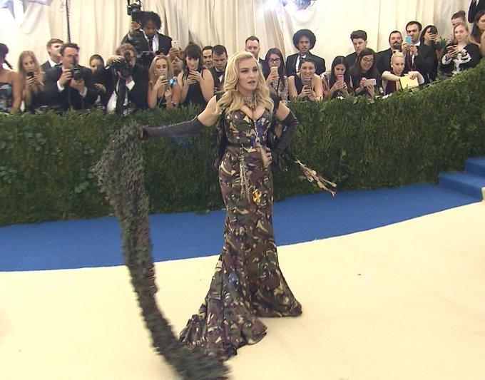 """火曜日は桐谷キャスター。今夜のハッシュタグは「#世界一艶やかなレッドカーペット」です。マドンナやリアーナなど世界のセレブが集結したファッションの祭典「メットガラ」を取材。ドレスコードは""""アバンギャルドさ""""!?メディアの視線を集めた衣装の数々を紹介します!#metgala"""