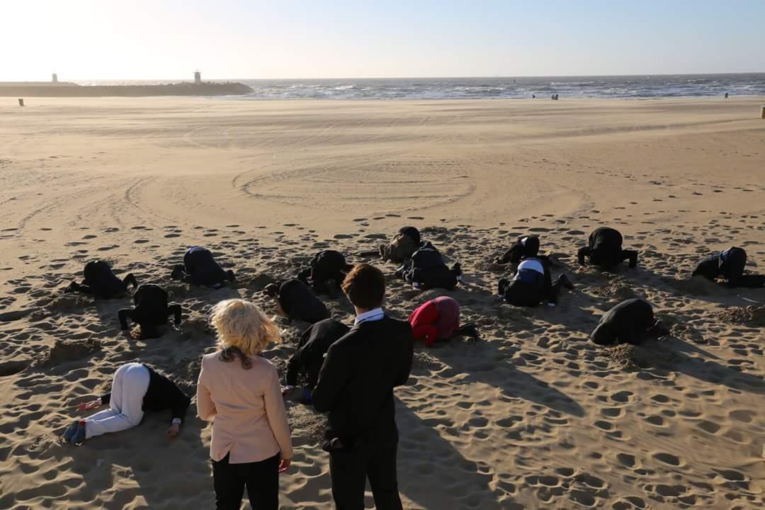 Onze oproep aan de aandeelhouders van Shell: haal jullie Kop uit het Zand. Fossiel kan echt niet meer! #Divesteer #Fossilfree https://t.co/Sq8NkbxyBB