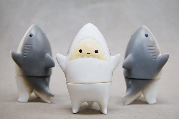童鮫(こどもざめ)はWronggallery展示にて初売りし、デザフェスでも販売します。(アメリカイベントにはすみませんが持っていきません)よろしくお願いいたします。 https://t.co/3KNLuuU3Nf https://t.co/fHmFSLeOHn