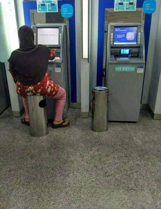 Emak-emak nangkring santai di ruang ATM