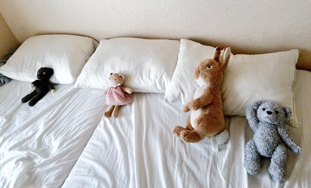 掃除を終えて寝室を見たらこうなってた。娘の仕業可愛過ぎる。 pic.twitter.com/D7Y1ZwZD1c