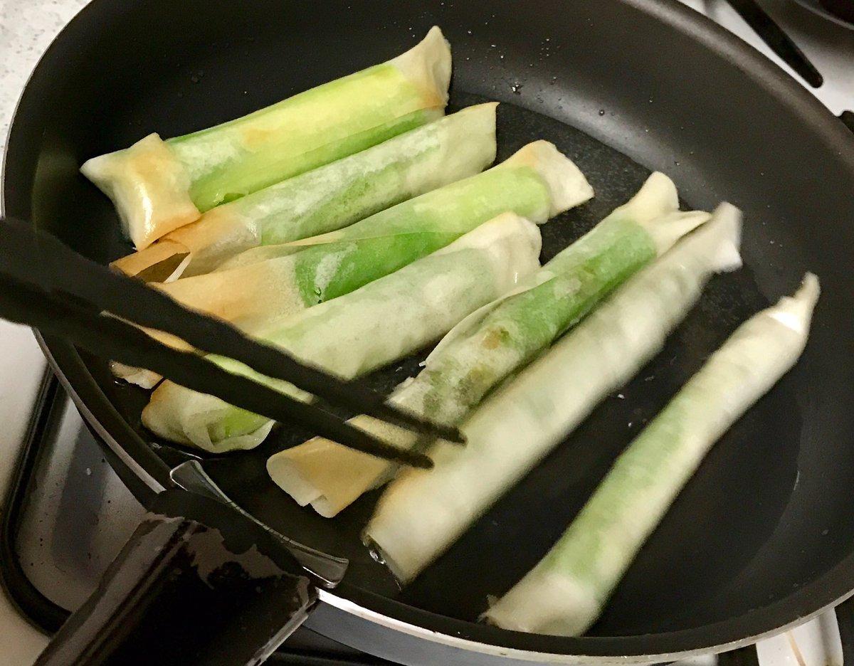 最近、我家で流行っているアスパラガスの調理法。いきなり春巻きの皮で包みオリーブオイルで揚げ焼きにする。嘘かと思う程、風味、香りが閉じ込められるし、スナック感覚で楽しめる。やってみ! pic.twitter.com/EluLjdZRYn