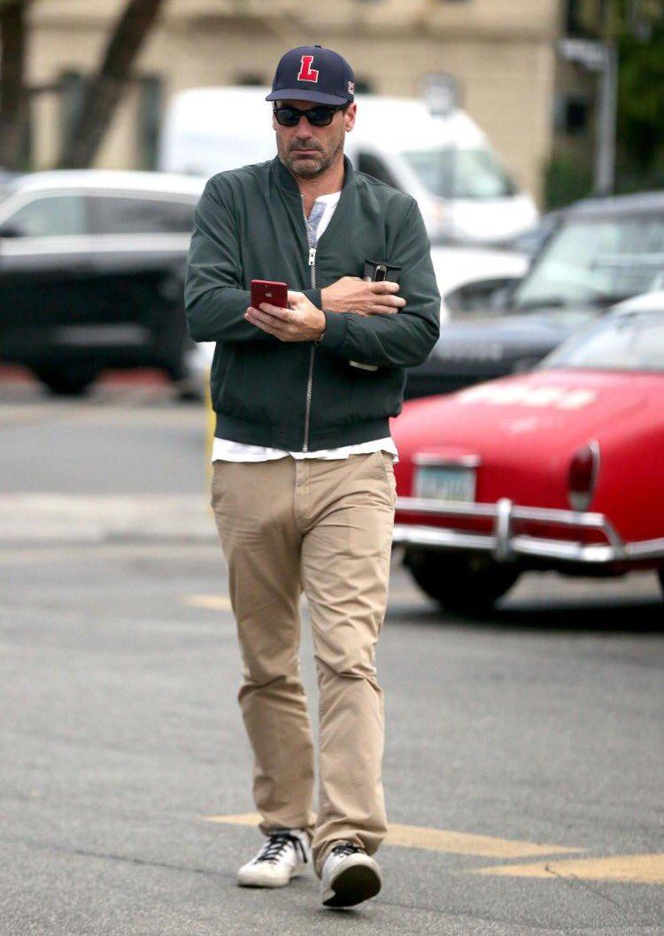 Las tres fotos más importantes en internet actualmente. ¿Será que Jon Hamm sale a la calle sin boxers? 😱😛