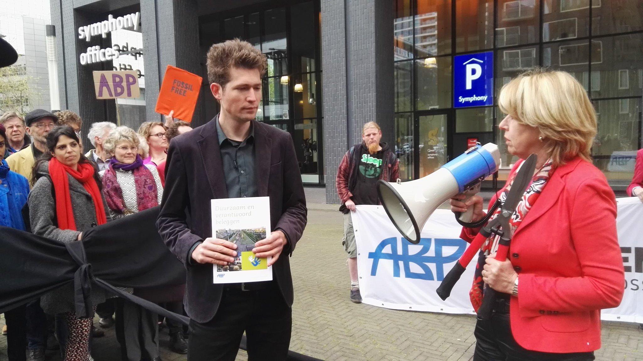 Geslaagde actie #ABP van 35 pensioendeelnemers op Zuidas oproep tot divesteren #fossilfree met bestuursvoorzitter Wortmann @parool @NOS https://t.co/MGbEvi6YoQ