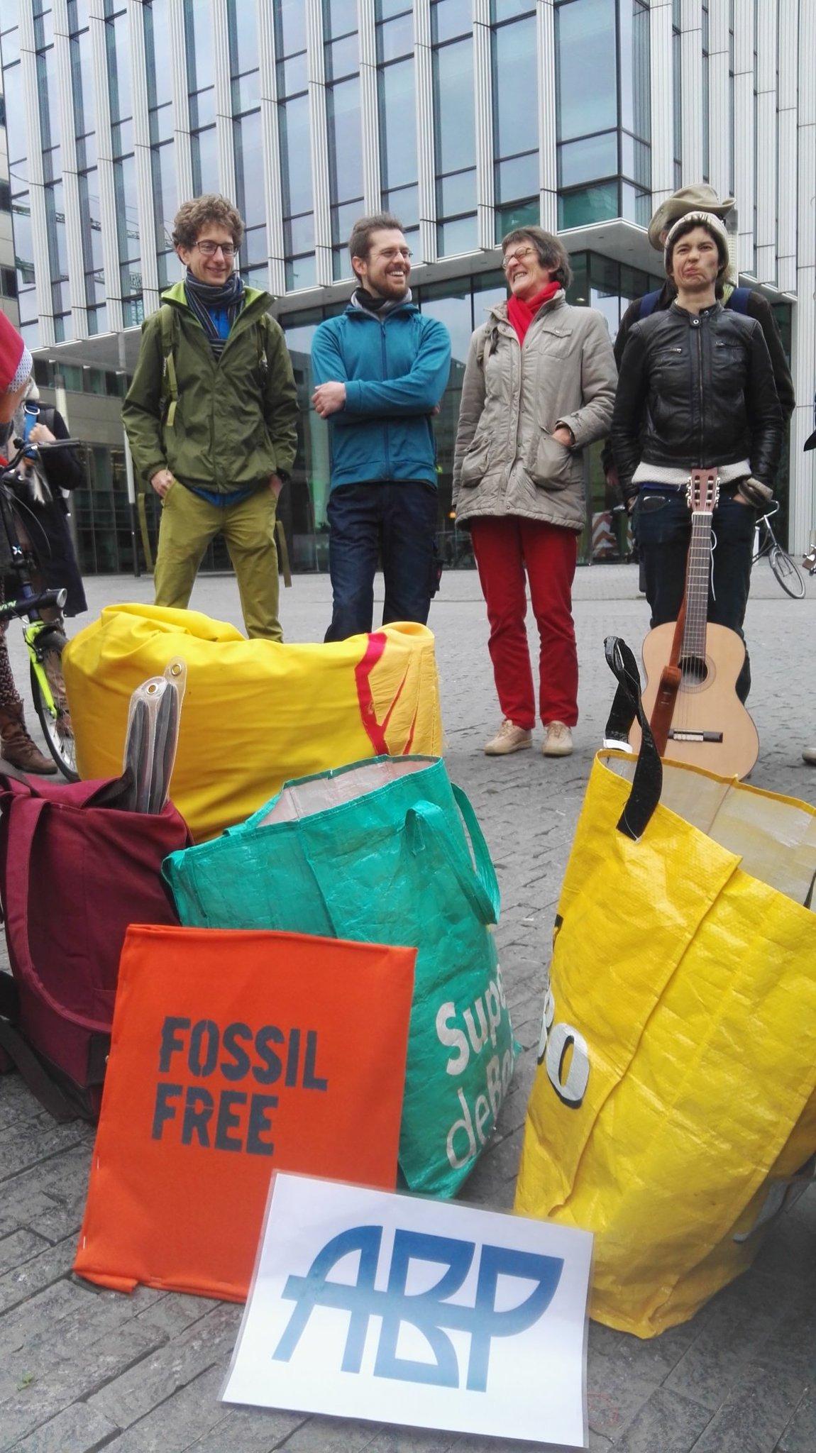 Pensioendeelnemers verzamelen voor @ABPfossielvrij actie bij Zuidas Amsterdam https://t.co/TI0AejemPO
