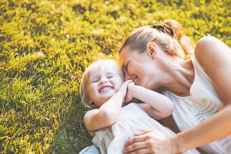 Картинка мама и ребенок обнимаются, для детей мультяшные