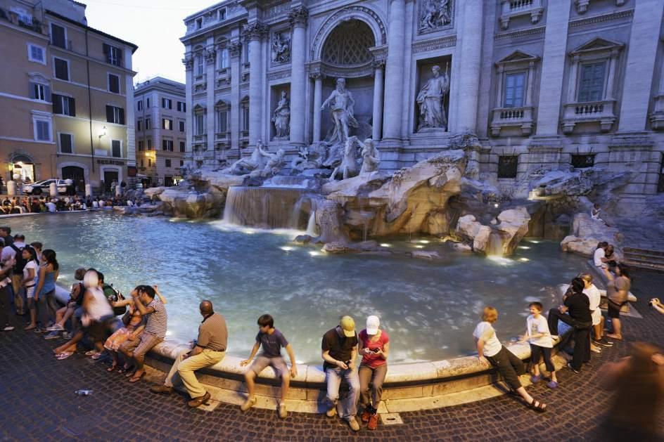 """Fa il bagno nudo nella Fontana di Trevi, multato un artista spagnolo. Lui: """"Non pago"""""""