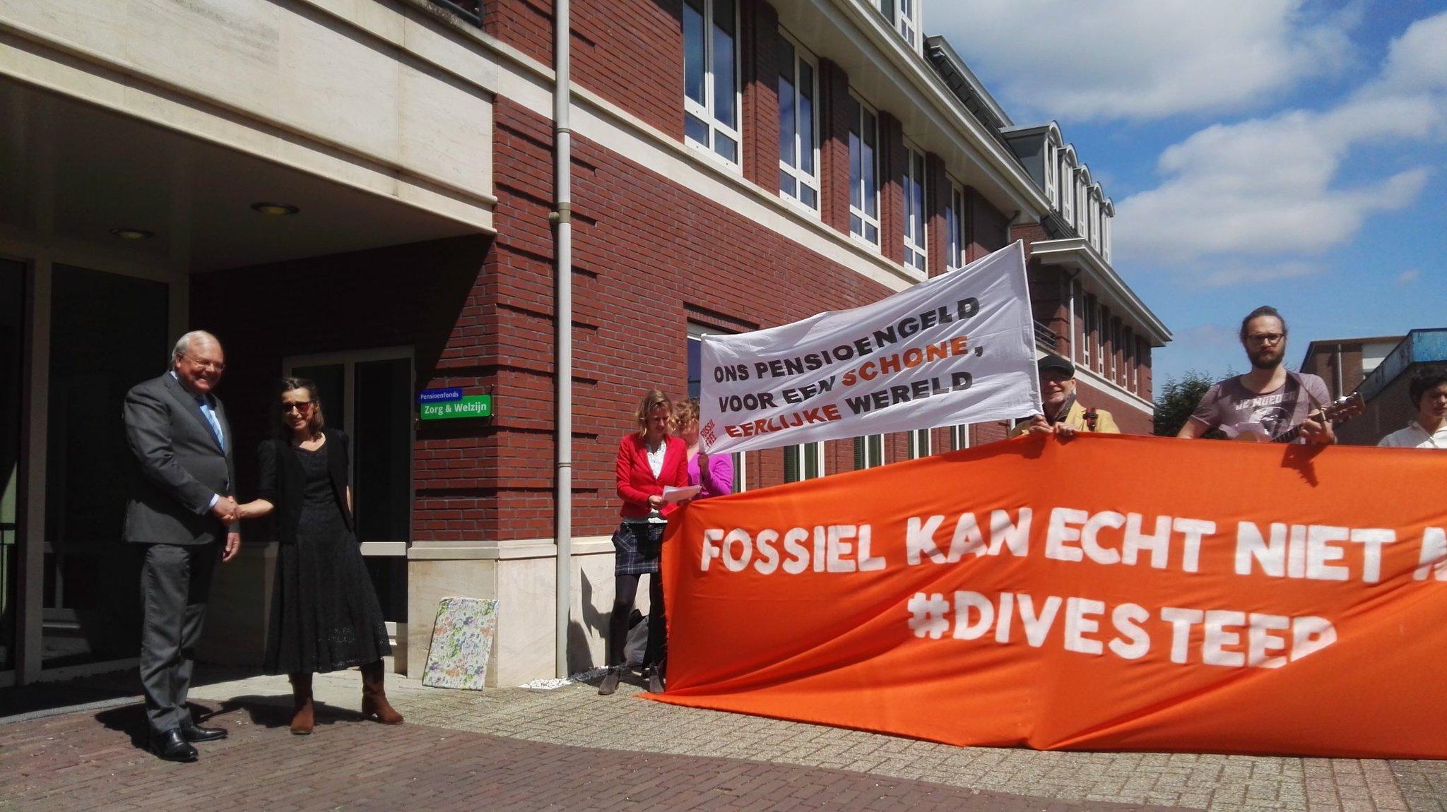 Actie bij #PFZW: verpleegkundige OLVG Josee roept directeur Borgdorff op '#Divesteer uit fossiele brandstoffen, ga voor schone samenleving https://t.co/G4hjKY71DC