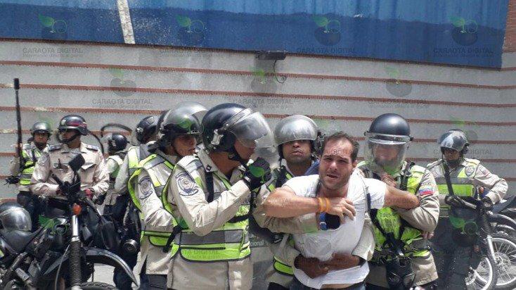 #AlMomento Detenido Sergio Contreras, dirigente de @VoluntadPopular https://t.co/4oYK6Ch1UX