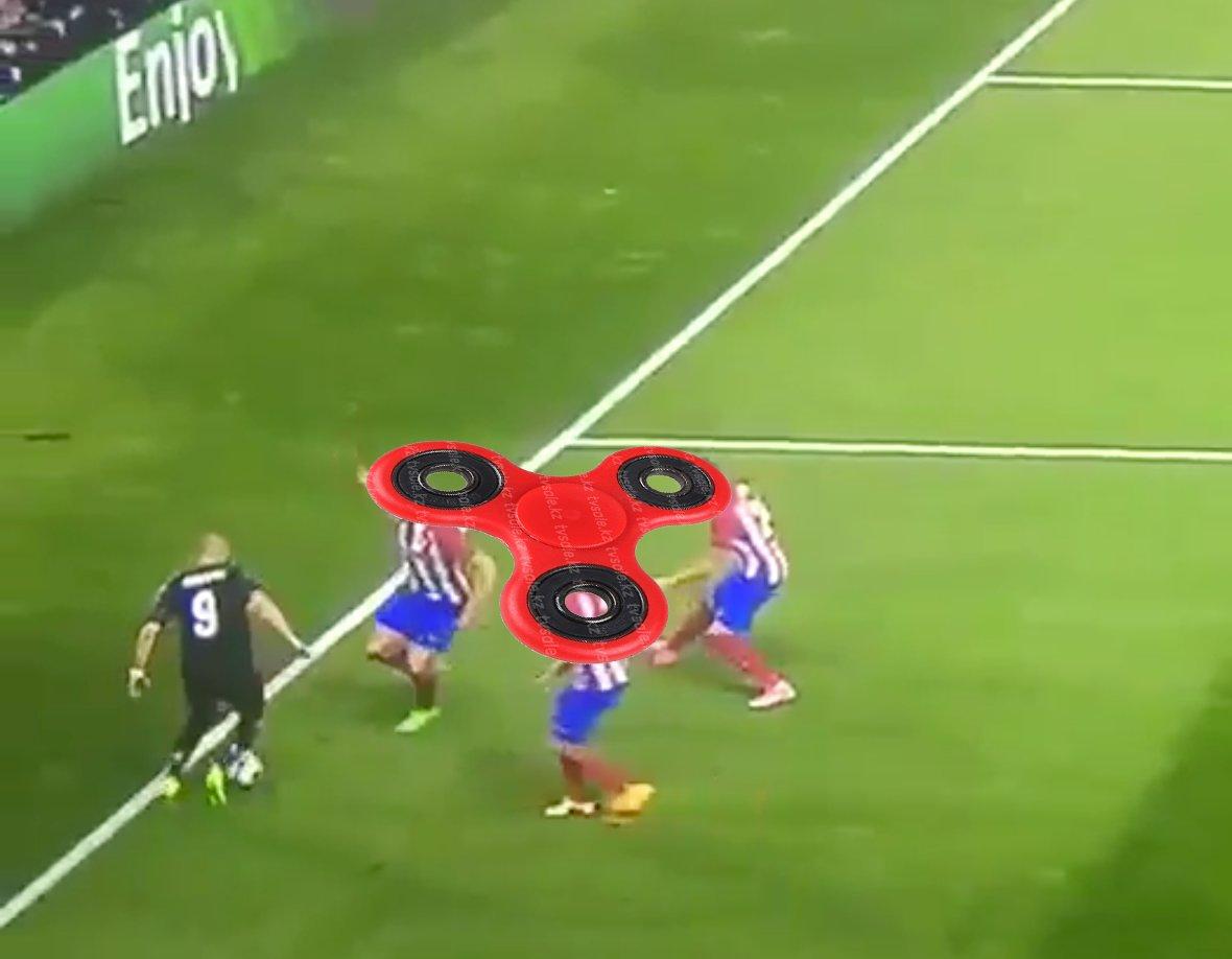 so that&#39;s how fidget spinner looks like @Benzema @realmadrid #benzema #RealMadrid #realatletico <br>http://pic.twitter.com/t8fBQ5ZwqW