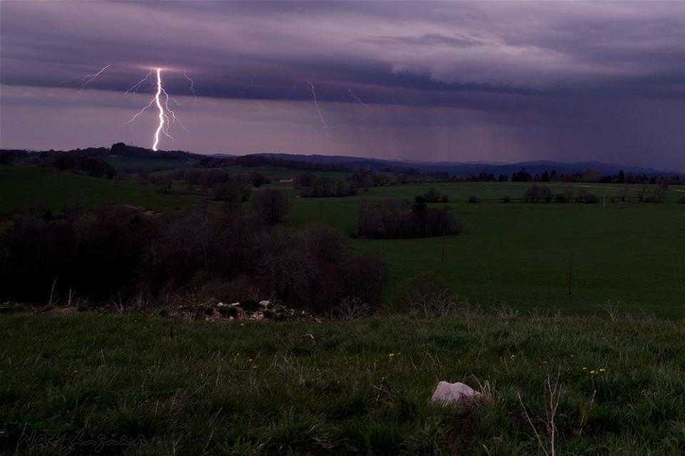 Impact de #foudre hier dans le #Doubs par Nat Ligier via Facebook. #orage<br>http://pic.twitter.com/2F6aaFDsxK