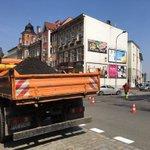 Drogowcy łatają dziury na Raszkowskiej i Konopnickiej w Ostrowie. Możliwe korki.