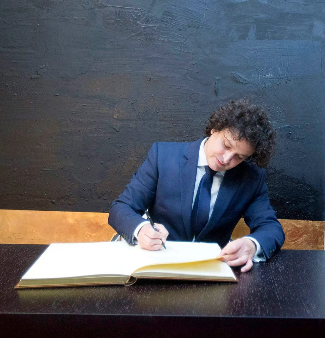 Signing in the Book of Honour of the Palau de la #Música ln #Valencia, that honour is mine. Foto @evaripoll #Mahler