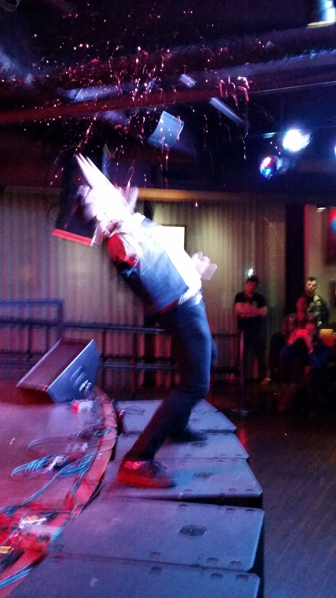 I GOT OP ROCK MID-GLITTER-SPRAY OMG but he got outrageously low scores for going early, oh well #usairguitar https://t.co/fF5Uix1EOw