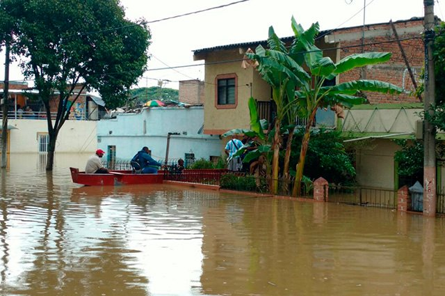 More than a thousand families in Cali surf in their homes and streets cause of floods of the Cauca River