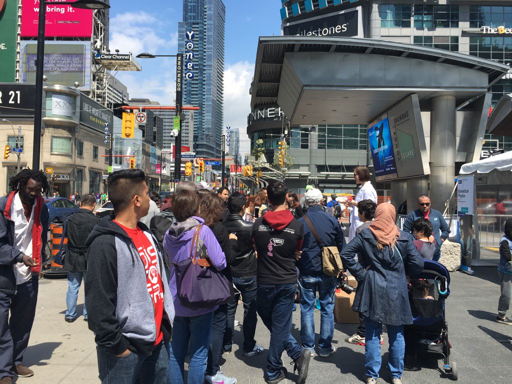 #soapboxsciTO happening now in the ❤️ of #Toronto 🇨🇦 @YDSquare #yonge #dundas #busiestintersectioninCanada 😀👍 https://t.co/2kw6HnxVeW