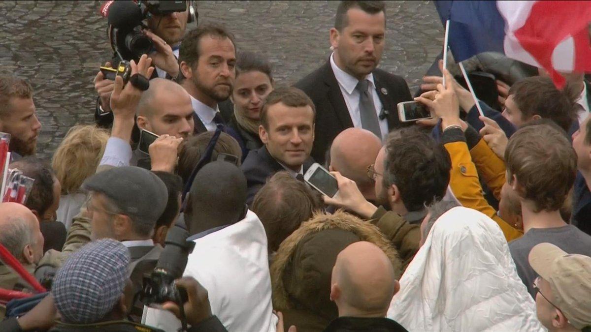 #passationdepouvoir : Bain de foule pour Emmanuel #Macron sur les #ChampsElysees https://t.co/3NhWuS7be9