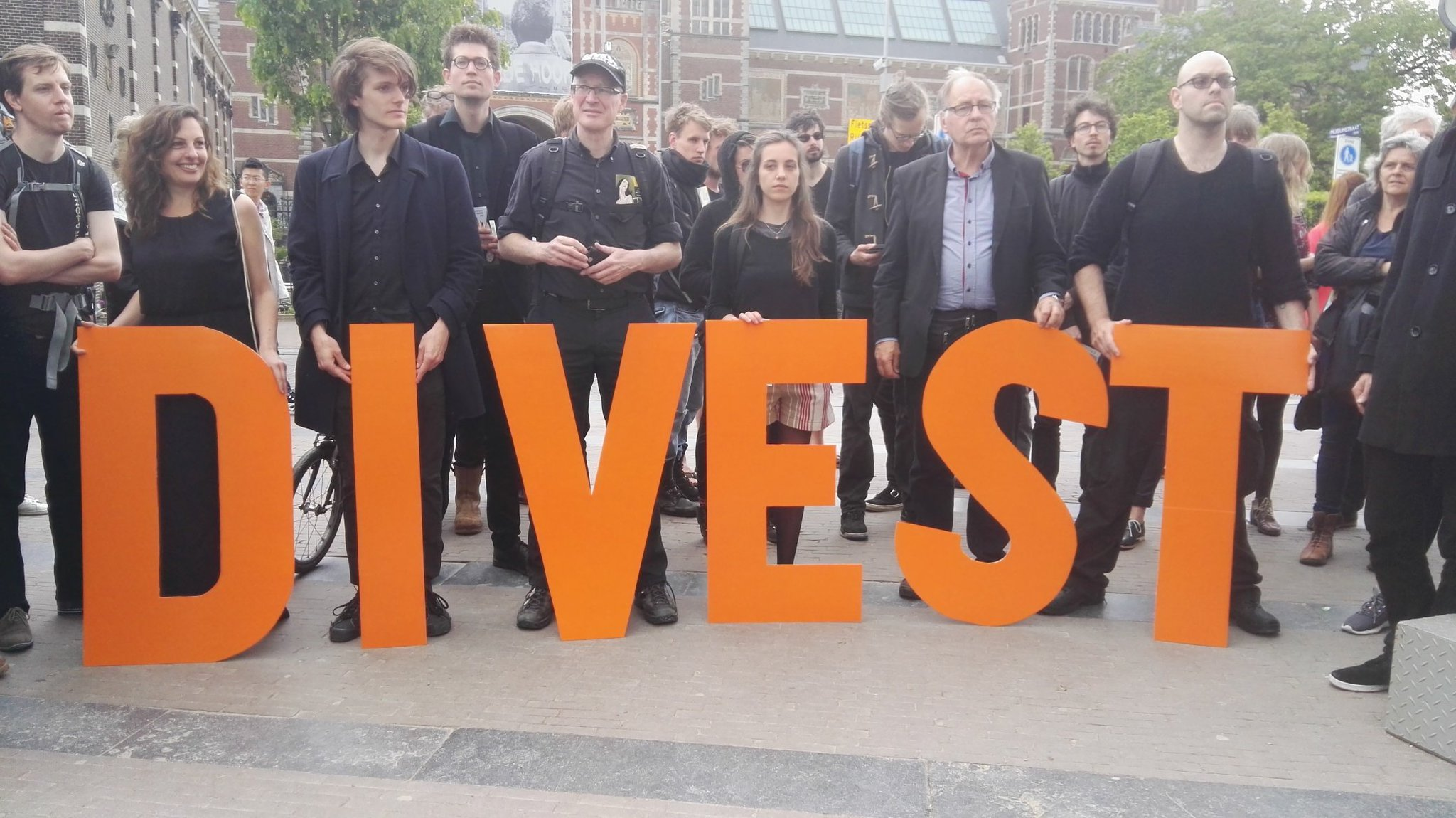 Wake for #VanGogh8 to @vangoghmuseum  started at Museumplein Amsterdam #divest https://t.co/lyAAPCkd8K