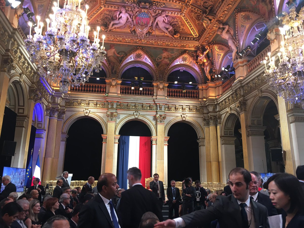 Inauguration Day in Paris. Waiting for new President Macron @mairiedeparis GBN @dfatirl @cc_irlandais @TourismIreland<br>http://pic.twitter.com/lsUUiMpz0x
