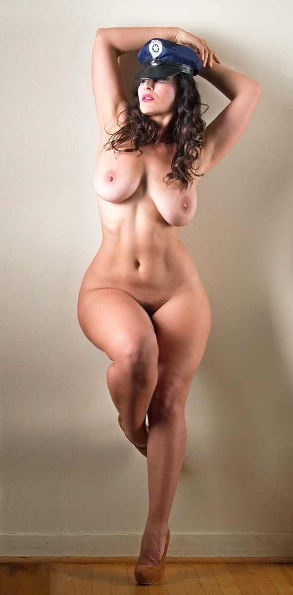 Голышки девушки с необычными формами тела
