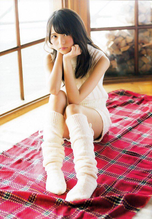 白いニットのワンピースに長い靴下姿の可愛い齋藤飛鳥