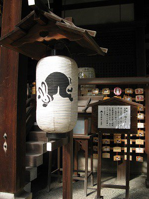 以前にも書きましたが京都市左京区の「哲学の道」や「南禅寺」を歩いた後は「岡崎神社」にも行く事をお勧めします。うさぎ成分が多いんじゃよ! 狛うさぎやお守り、石像におみくじ他などとにかくかわいいんじゃよ! 厄除け、縁結び等のご利益も。