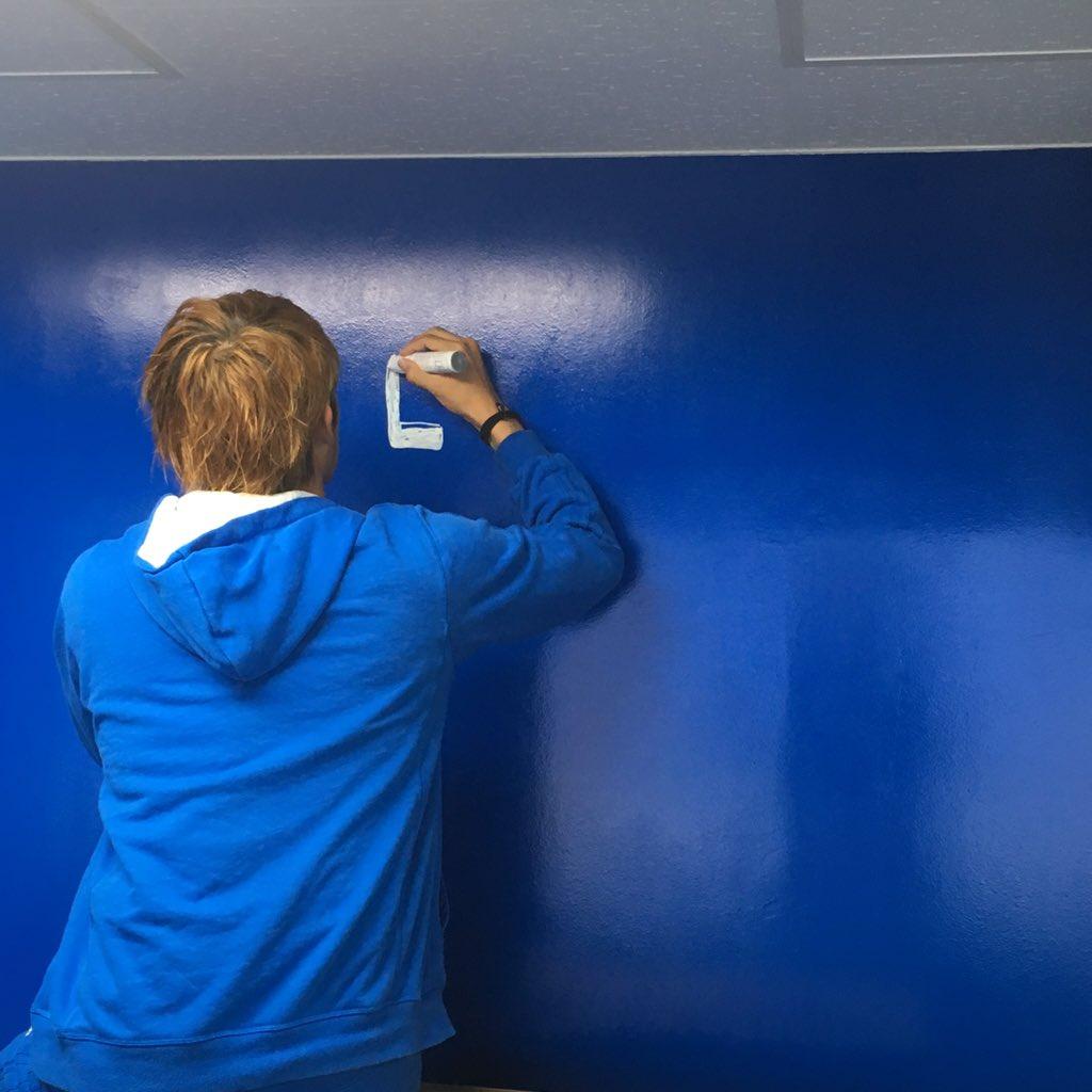 新スタで僕がおにぎらずを売る焼肉たむらのブースの壁に金髪二人にサインとメッセージを頂きました。  意外と時間かけて丁寧に書いてくれました。  焼肉たむらのブースにお越しの際は是非ご覧下さい♪  #ガンバボーイJマスコット総選挙 https://t.co/RMtsWwUPm6