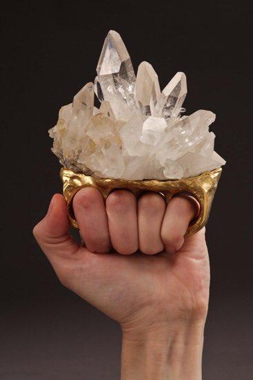 宝飾関係の人間だけど、パワーストーンがどうのこうの言ってるスピリチュアルくせぇヤツにはこの水晶のリン…