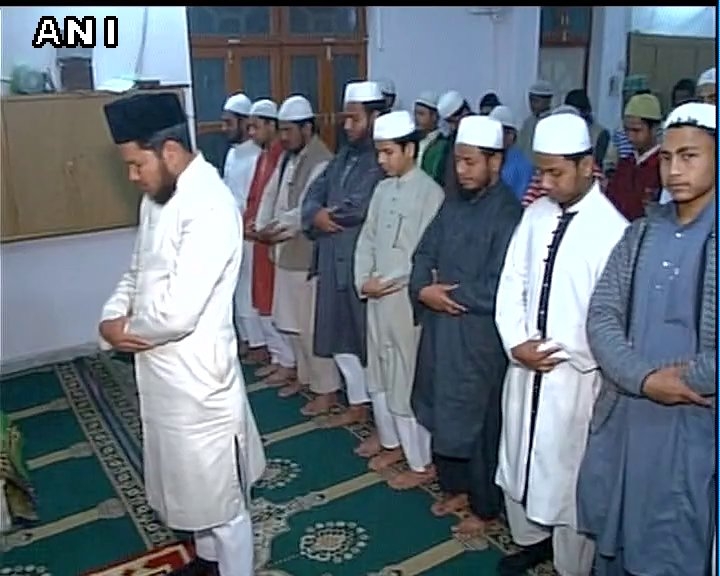 'Namaz' being offered for Siachen survivor Lance Naik Hanamanthappa in Lucknow. https://t.co/FQ1Pif4GFR great gesture by patriotic muslims