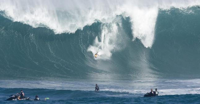 Mavericks surf contest having anxious moments. via @Bruce_Jenkins1