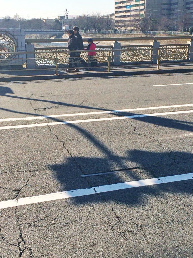 七条大橋は日本最古の鉄筋コンクリートアーチ橋というだけでも面白いけど、実は交通量の多さでアスファルトが削れて、地中に埋れた京都市電七条線のレール跡が顔を出しているレアスポットでもあるのだ! https://t.co/cHsHro0mrz