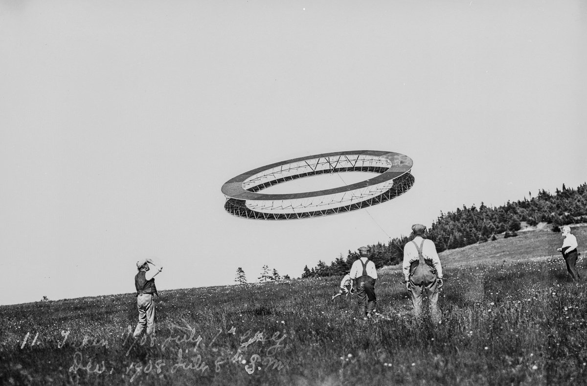 RT @mashable: Alexander Graham Bell's kites looked like bizarre UFOs. https://t.co/WhT44BZAuc ht @theretronaut https://t.co/oLOL02qvQU