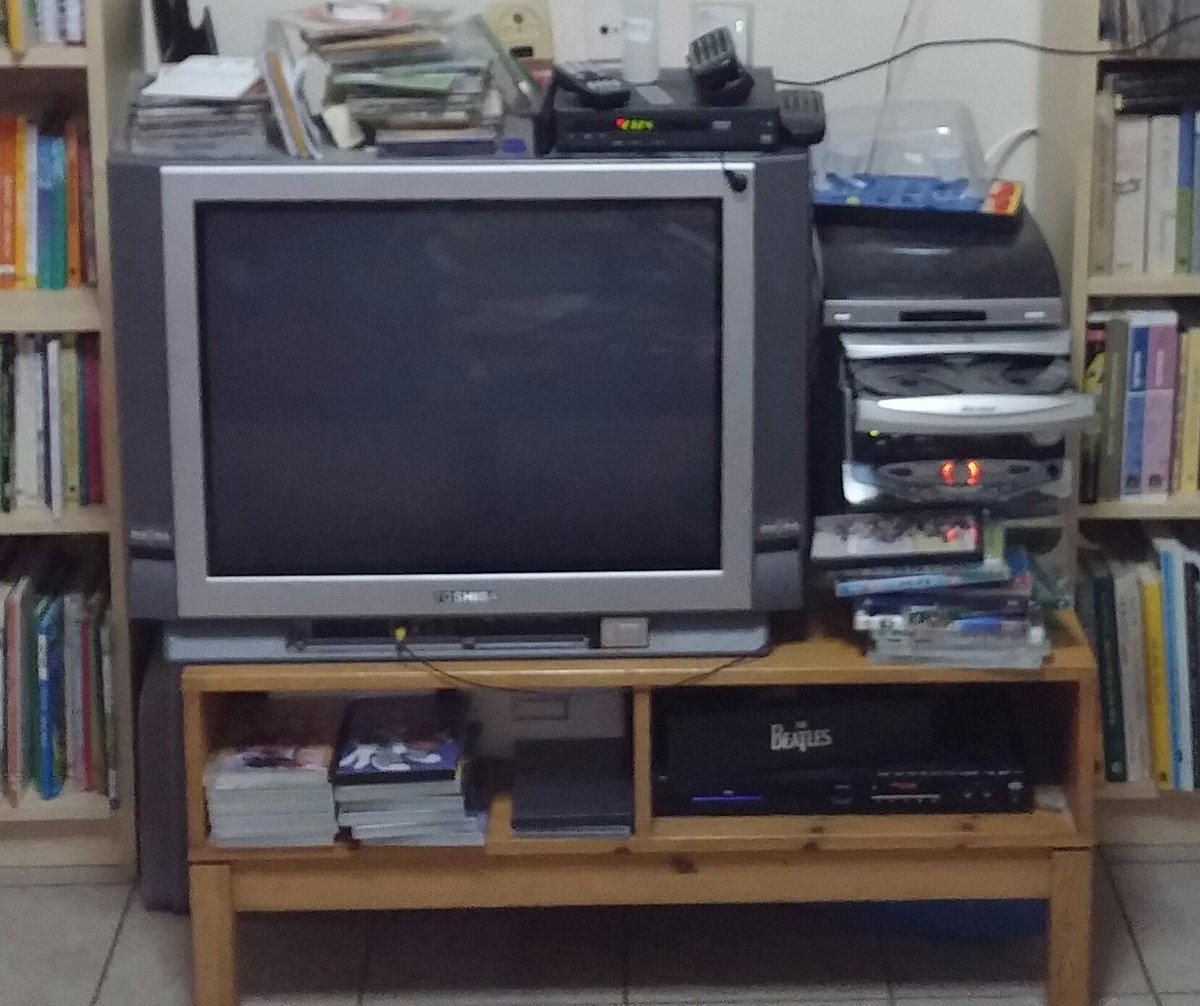 היוש טלוויזיה בת 15 של טושיבה 29 אינצ׳ עובדת סבבה, שלט לא עובד. למסירה עם השולחן עץ אורן ומכשיר עידן פלוס. https://t.co/CDRxbQICL6