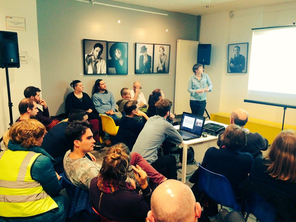 Super conférence d'@alicecoffin au @CentreLGBTParis sur la com de la manif pour tous. On va l'embaucher pour #EELV! https://t.co/RauipjwLWk