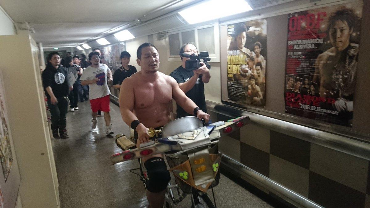 後楽園ホールの廊下を自転車で疾走する高木大社長とKENSO! #DDT #ddtpro https://t.co/KLAyL0Vafn