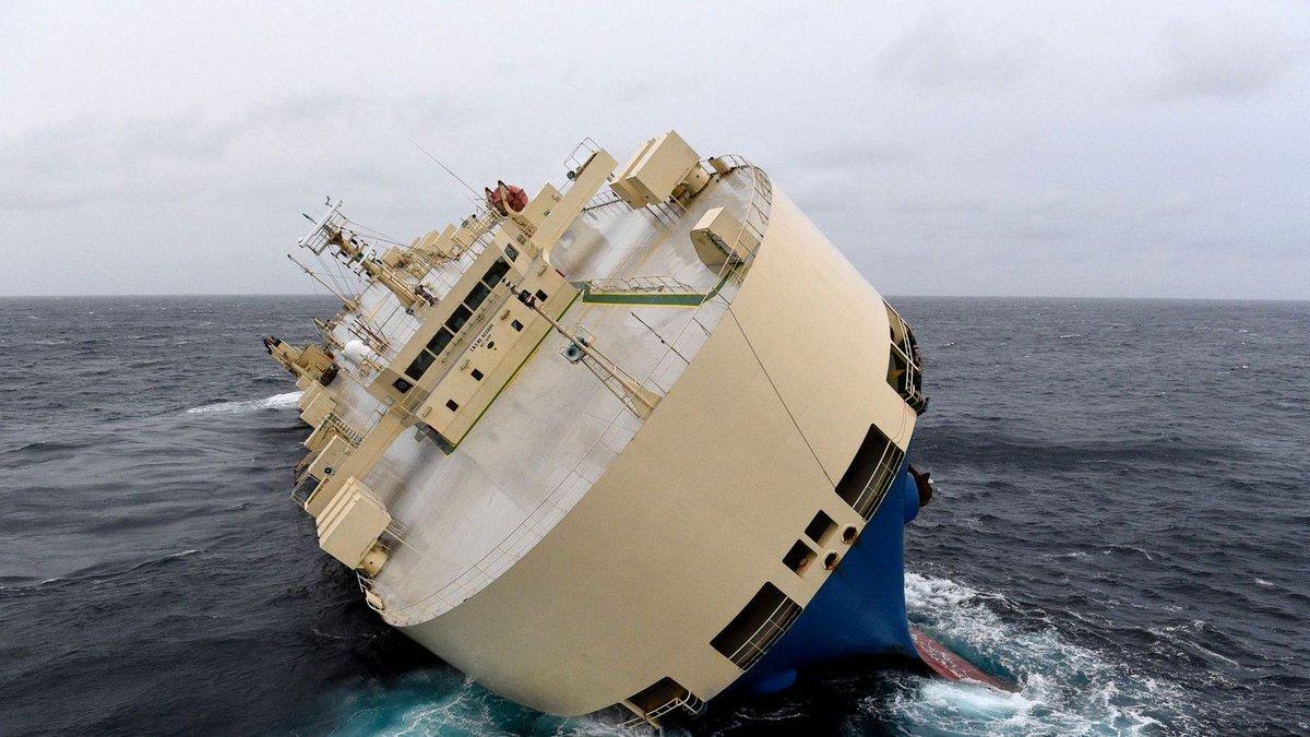 Internacionales | Carguero panameño a la deriva y avanza hacia las costas francesas sin control