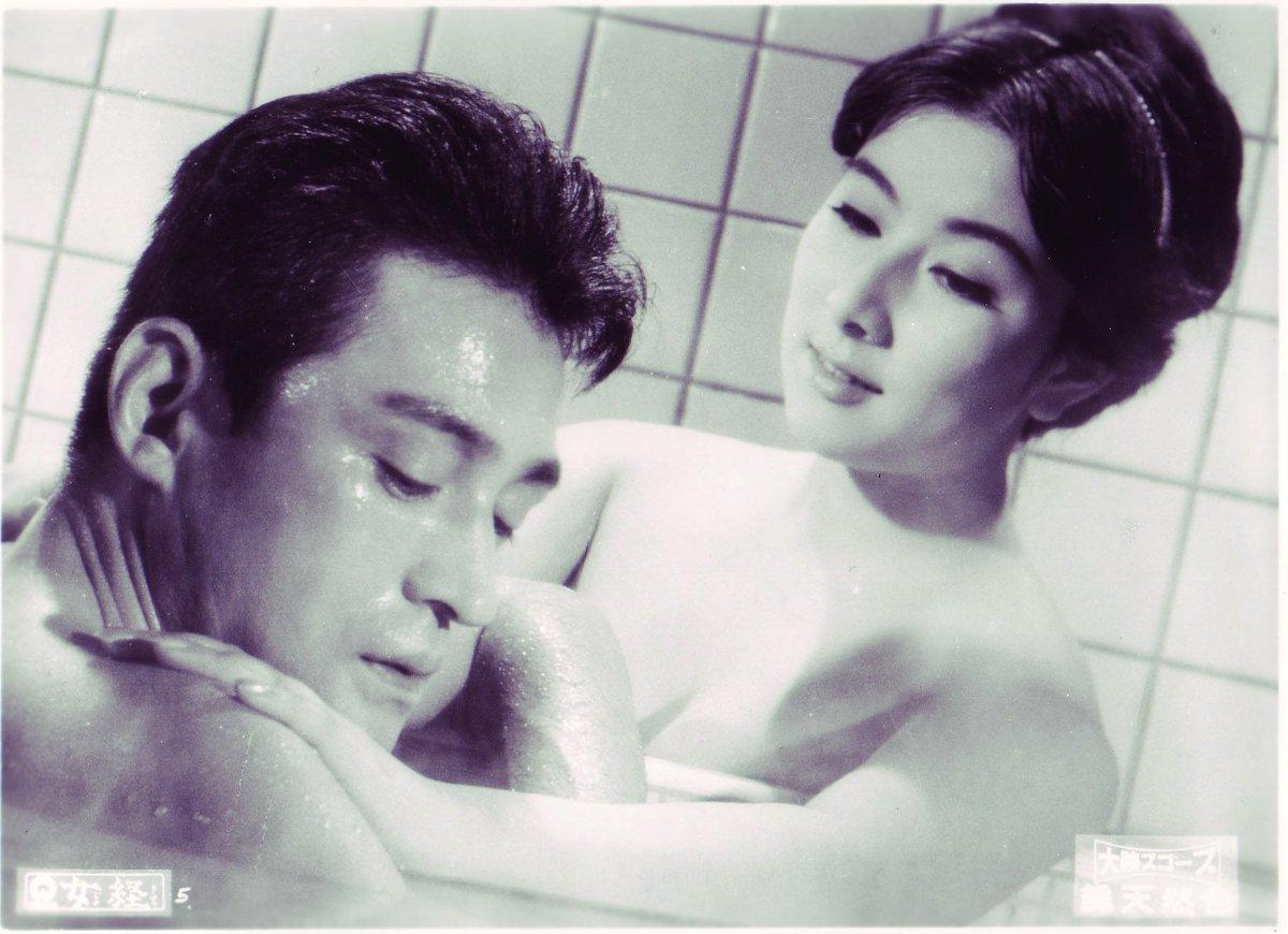 風呂場で男性と話す演技中の若い頃の山本富士子