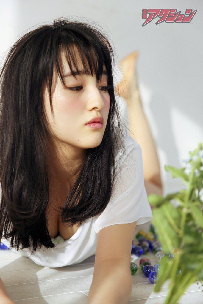 Tシャツで寝そべって、谷間がチラ見えするHKT48の田島芽瑠