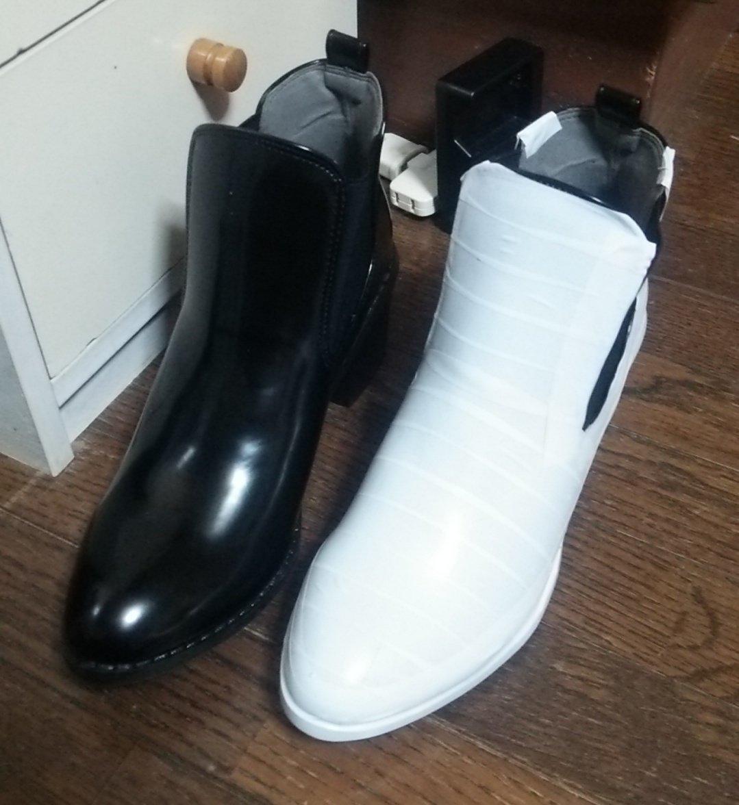 靴の色はビニールテープで変えられるよ! 黒⇒白も写真だと割と違和感ないです。 元が固めの靴なら、テープ剥がせばまた別の色にチェンジも普段履きの靴にするのも