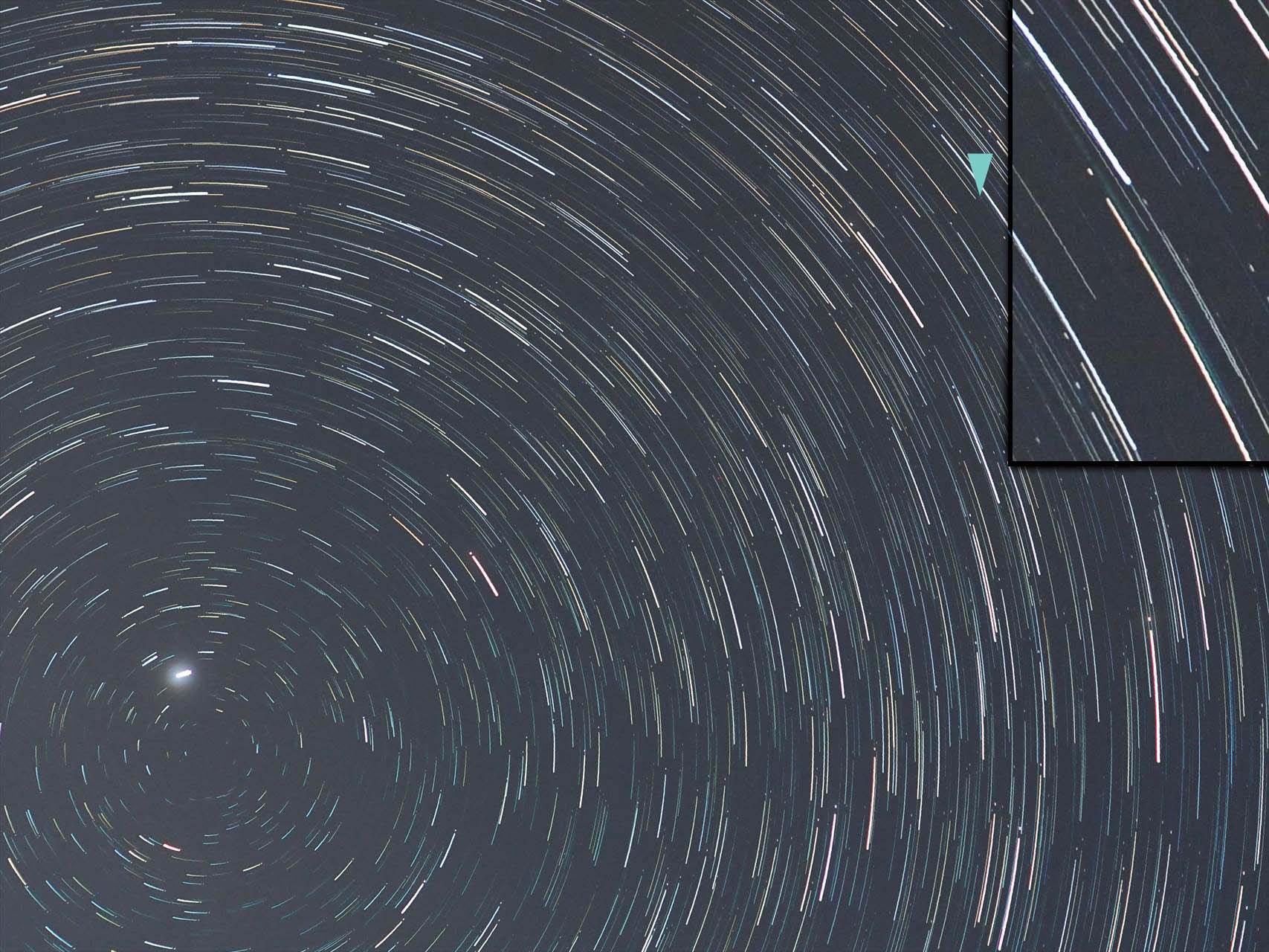 回るカタリナ彗星