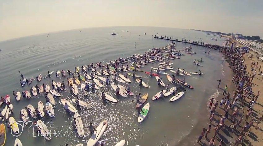 """Lignano Sup Race 2016: la """"regata"""" di stand up paddle, l'arte di pagaiare stando in piedi sulla tavola da surf"""