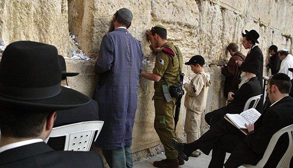 Storica decisione del Governo israeliano: uomini e donne insieme al Muro del pianto