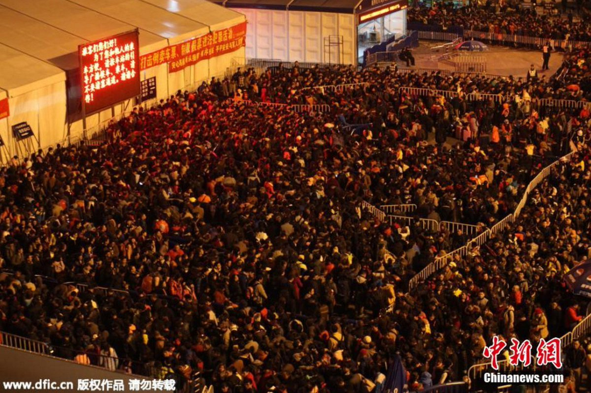 At Least Chinese New Year Travellers Stuck At Railway - 20 photos that show just how insanely overcrowded china is