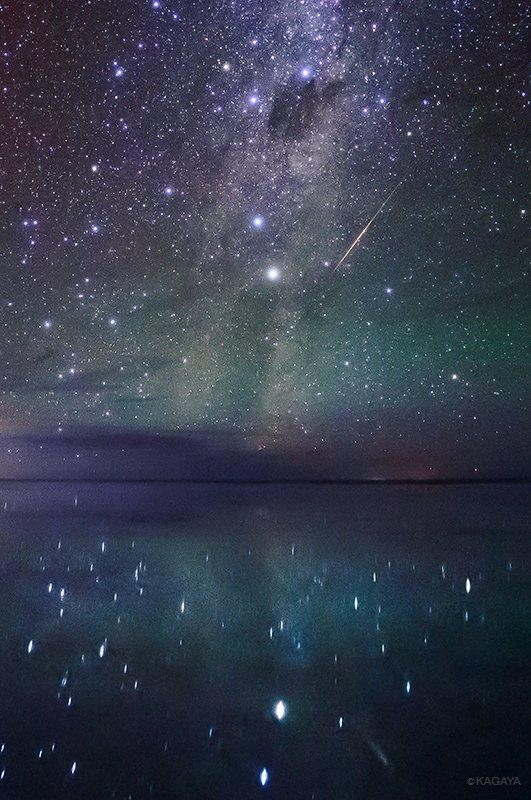 南十字と天の川の岸に落ちる流星。 写真上に南十字、その下の二つの明るい星はケンタウルス座のα星とβ星です。 (先月ウユニ塩湖にて撮影)