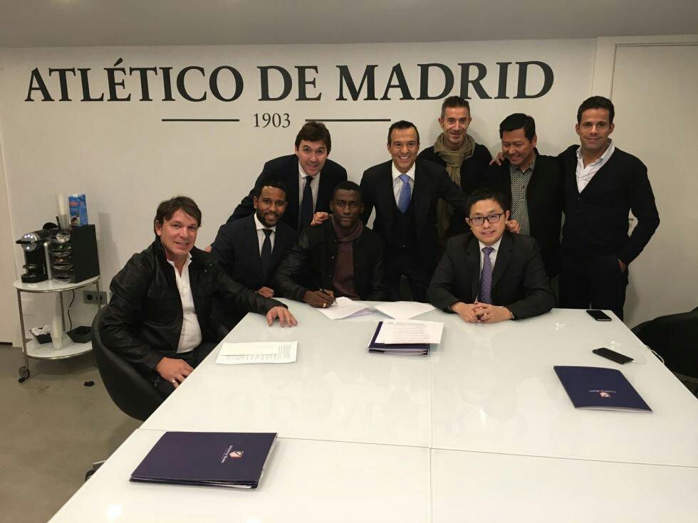 Jackson Martínez súper feliz firmando su nuevo contrato en chino. Ah no espera, que es Jorge Mendes el que se ríe... https://t.co/upwfmcWoa2