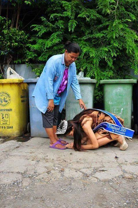 Miss Thailand 2015!! After winning the crown pays respect to her single mom who raised her picking & clearing trash https://t.co/eYVcpVaOsS